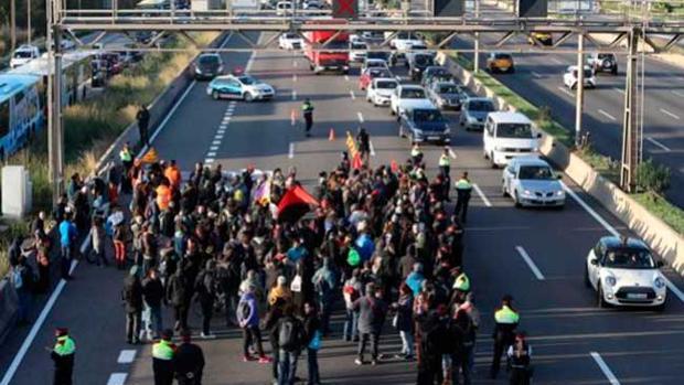 Carretera cortada por los piquetes en la huelga independentista convocada por Sastre el 8-N