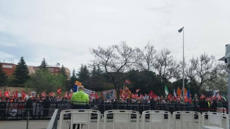 Cientos de sindicalistas protestan antes de la junta de Endesa por los recortes en el convenio de Enel