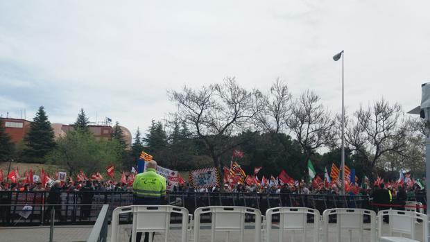 Cientos de sindicalistas protestan ante la junta de Endesa por los recortes en el convenio