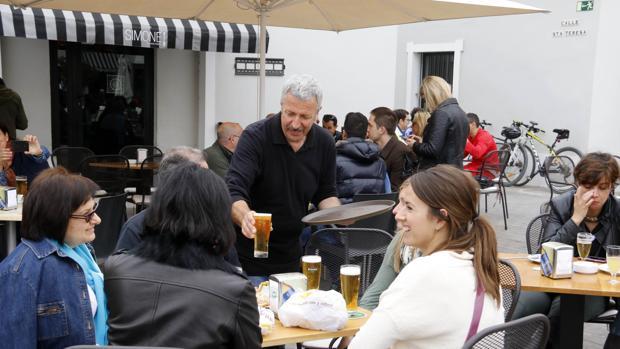 Un camarero atendiendo una mesa en un bar en Alicante