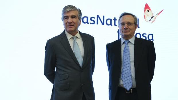 El nuevo presidente ejecutivo de Gas Natural, Francisco Reynés, acompañado por el expresidente Rafael Villaseca