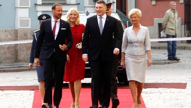 El príncipe heredero Haakon de Noruega (izq),y su esposa la princesa Mette-Marit (2ª izq) son recibidos por el presidente letón, Raimonds Vejonis (2º dcha), y su esposa Iveta Vejone (R)