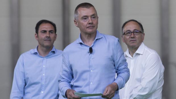 El CEO de IAG, Willie Walsh, con el presidente de Iberia, Luis Gallego (d), y el presidente de Vueling, Javier Sánchez-Prieto (i)