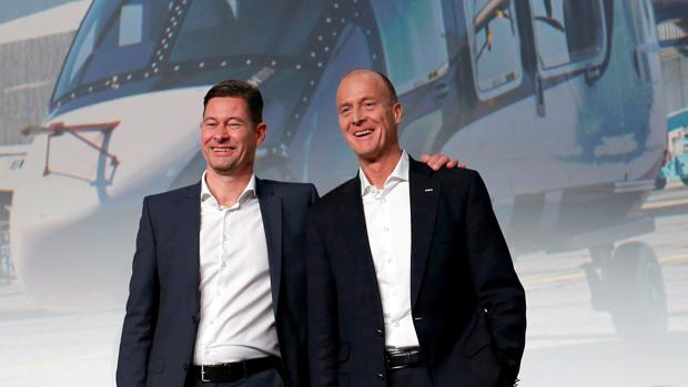 El director financiero, Harald Wilhem (D), y el CEO de Airbus, Tom Enders (I)