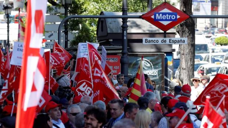 Miles de jubilados rodean el Banco de España para defender su pensión