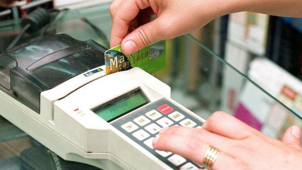 Un cliente pagando con tarjeta de crédito en un comercio