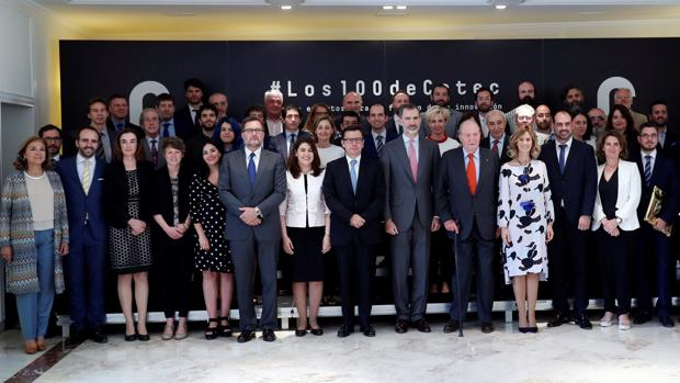 El Rey Felipe VI y el Rey Juan Carlos I posando, entre otros, con el ministro de Economía Román Escolano en la presentación del Informe Cotec 2018