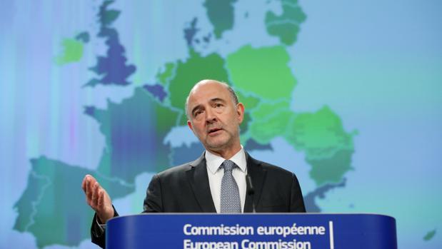 Pierre Moscovici deja, de momento, a España bajo la lupa de Bruselas