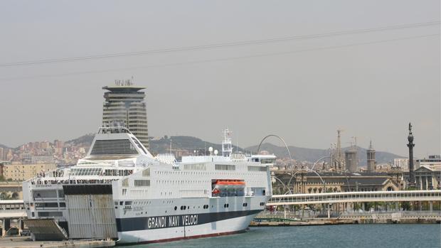 Un barco de crucero atracado en el puerto de Barcelona