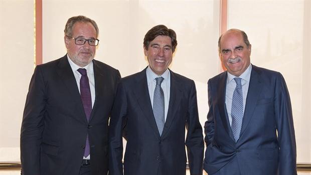 Demetrio Carceller, Manuel Manrique y Moreno Carretero tras la última junta de accionistas