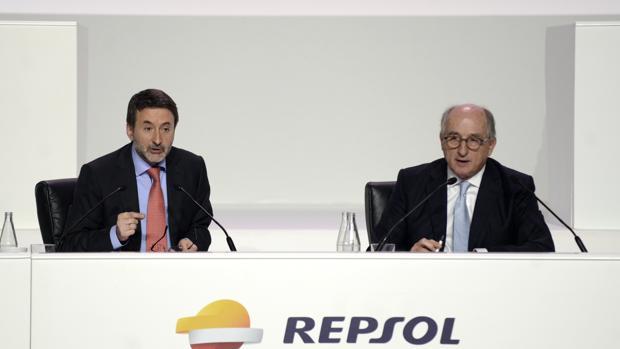 El presidente de la petrolera, Antonio Brufau (dcha) junto al consejero delegado, Josu Jon Imaz (izda)