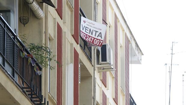 Un cartel de «En venta» en un edificio de Córdoba