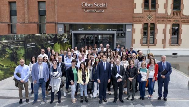 Foto de familia de las entidades participante sen el programa «Más Empleo de 'La Caixa'» junto al subdirector de la Fundación , Marc Simón