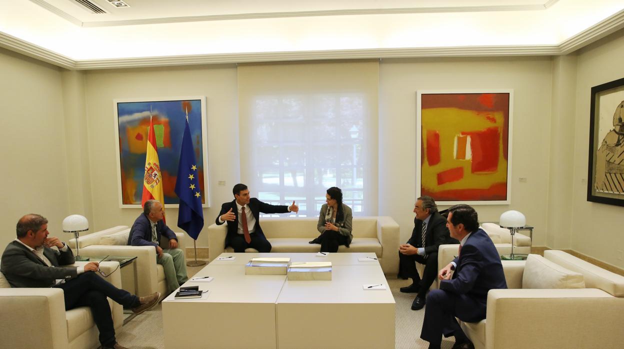 El primer encuentro de Sánchez con los agentes sociales y otras cuatro noticias económicas