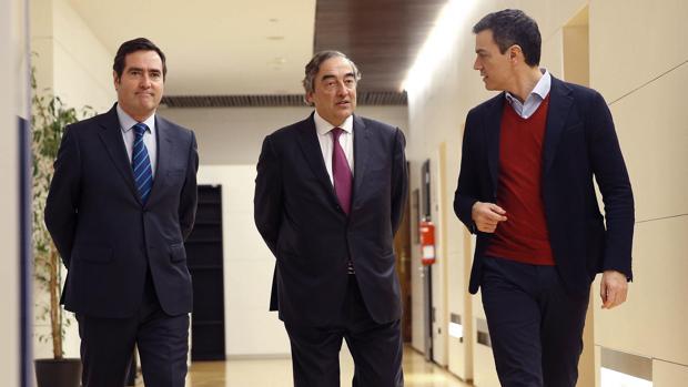 Pedro Sánchez (d), junto al presidente de CEOE, Juan Rosell (c), y el de CEPYME, Antonio Garamendi