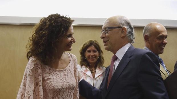 La nueva ministra de Hacienda, María Jesús Montero, junto a su predecesor en el cargo, Cristóbal Montoro