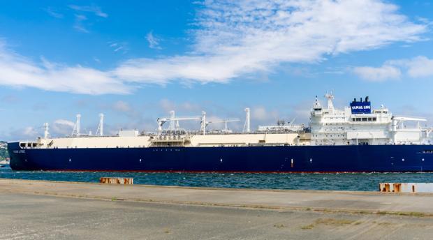 El buque, a su llegada a la planta de Reganosa, en Mugardos, La Coruña