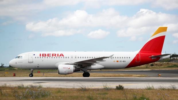 Imagen de un avión de Iberia en el aeropuerto de Lisboa