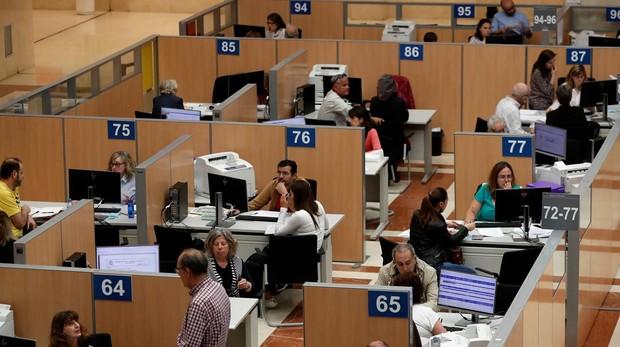 Funcionarios de la Agencia Tributaria cumplimentando declaraciones