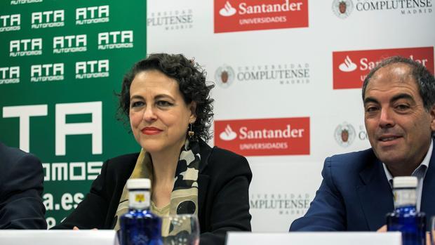 La ministra de Trabajo, Magdalena Valerio, y el presidente de ATA, Lorenzo Amor