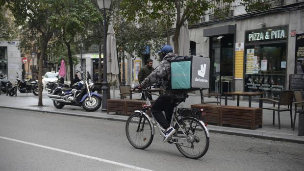 Primera denuncia contra los falsos autónomos de Glovo en Barcelona