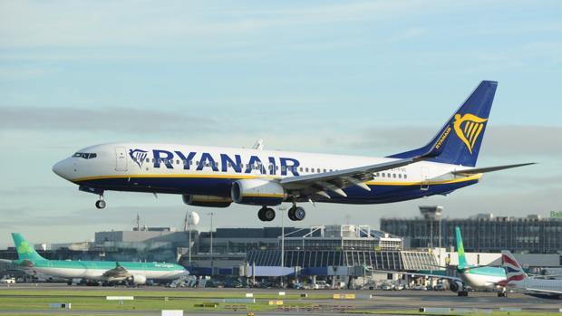 Ryanair cancela 400 vuelos en España por la huelga de tripulantes de cabina y otras noticias del día