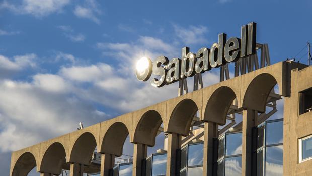 El sabadell vende millones en pisos y suelo y casi for Pisos de banco sabadell