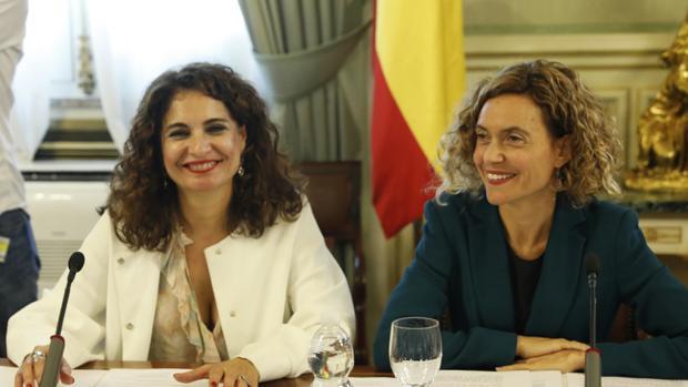 La ministra de Hacienda, María Jesús Montero, y la ministra de Política Territorial y Función Pública, Meritxell Batet