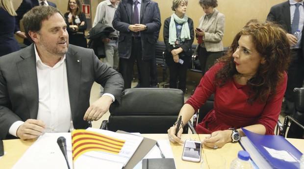 El exvicepresidente de la Generalitat, Oriol Junqueras, con la ministra de Hacienda, María Jesús Montero