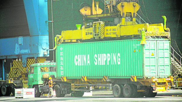 Imagen de archivo de un contenedor de mercancías chino camino de Europa