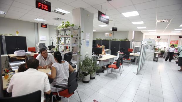 Además se habilita una oferta de 323 plazas para reforzar los Centros de Estancia Temporal de Inmigrantes (CETIs)