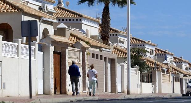 Dos jubilados pasean por las calles de Torrevieja