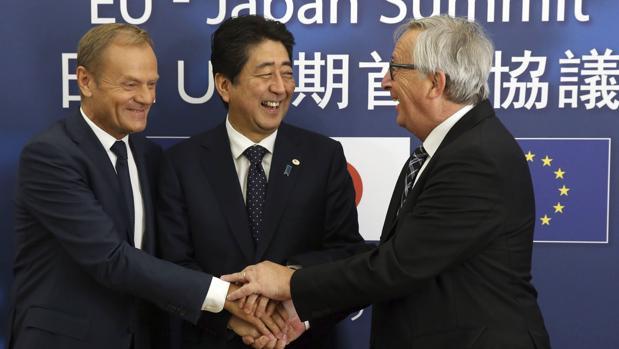 Donald Tusk (iz.), presidente del Consejo Europeo; Shinzo Abe (centro), primer ministro nipón; y Jean-Claude Juncker, presidente de la Comisión Europea, durante su cumbre en Japón