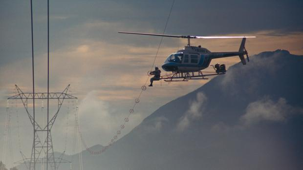 Señalización de líneas de alta tensión con espirales salvapájaros desde un helicóptero