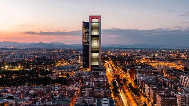 En primer término, la torre de Cepsa en la Castellana, Madrid