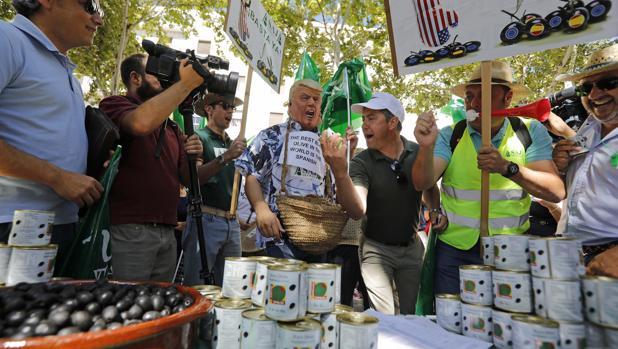 Los agricultores sevillanos protestan contra la imposición de aranceles a la aceituna negra de mesa por parte de Estados Unidos frente al consulado norteamericano