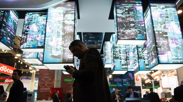 Un viandante en el Mobile World Congress de Barcelona utilizando el 5G