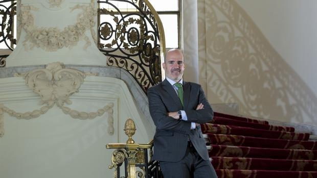 José Antonio Benedicto, en la escalera de la sede de Función Pública en el antiguo Palacio de Adanero