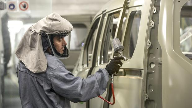 Una imagen de archivo de un trabajador en una planta de montaje de vehículos