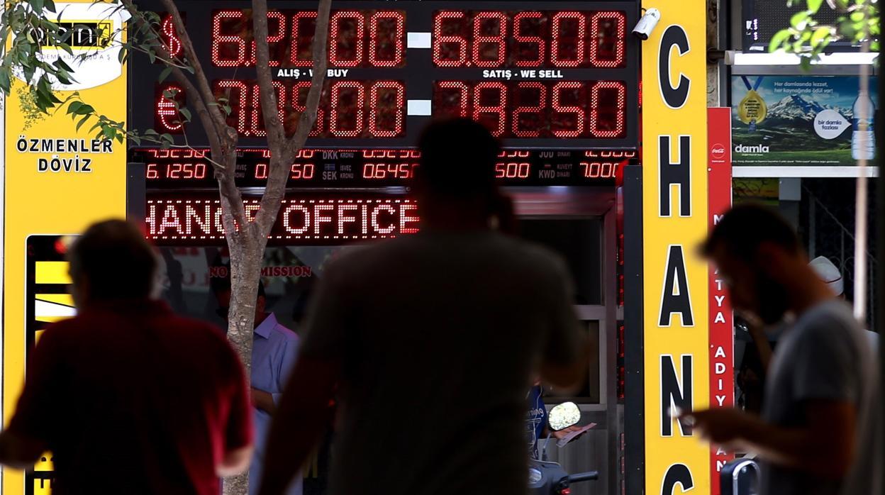 El desplome de la lira turca desata la inestabilidad en la banca española