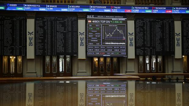El Ibex 35 salva los 9.400 puntos pese a caer un 0,11 % por los bancos