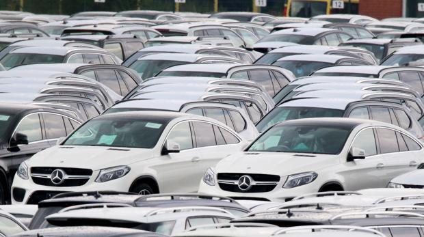 Automóviles de Mercedez Benz aparcados en una terminal del puerto de Bremerhaven, en julio de 2017