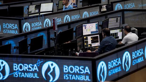 orredores de bolsa trabajan en el edificio de la Bolsa de Estambul en Turquía