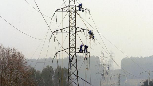 Reparación de una línea eléctrica en Cataluña