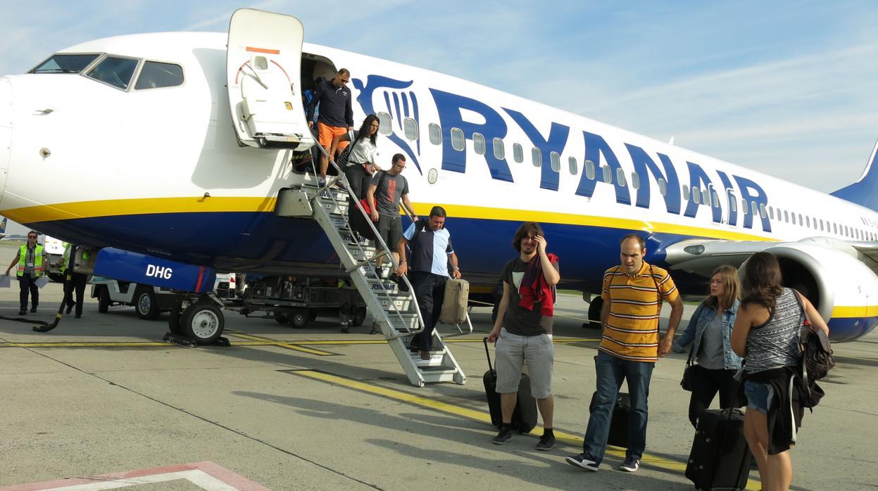 364153fcd Fomento se reunirá con Ryanair tras anunciar que cobrará por equipaje de  mano