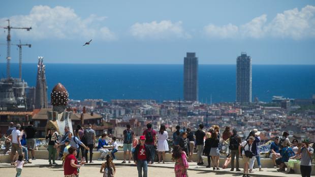 Turistas mientras visitan el Parque Güell,