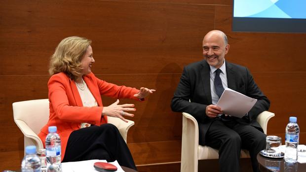 El comisario europeo de Asuntos Económicos y Financieros, Pierre Moscovici, y la ministra de Economía y Empresa, Nadia Calviño