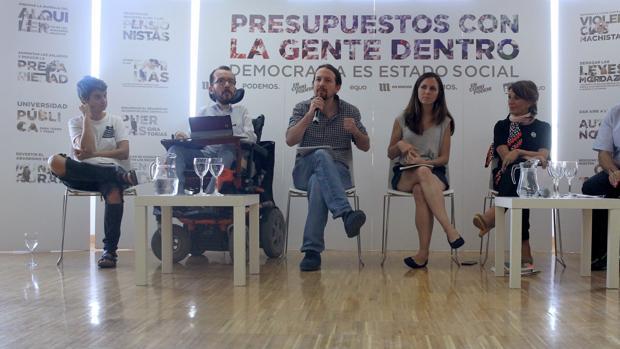 """El líder de Podemos, Pablo Iglesias (3i), el secretario de Organización, Pablo Echenique (2i) y la portavoz adjunta en el Congreso, Ione Belarra (3d), entre otros asistentes, durante la presentación del documento """"Presupuestos con la gente dentro Democracia es Estado social"""""""