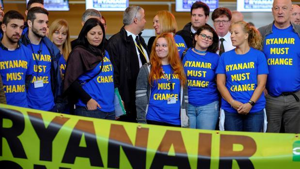 Empleados de la aerolínea de bajo coste irlandesa en una protesta en el aeropuerto de Charleroi, Bruselas