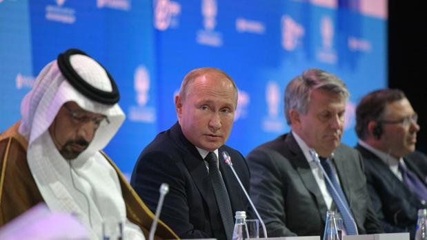 El ministro de Energía, Industria y Recursos Minerales de Arabia Saudí, Khalid A. Al-Falih (izda) junto al presidente de Rusia, Vladimir Putin (centro) y el presidente de la Royal Shell, Ben van Beurden